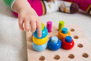 Kleinkind spiel mit Steckspiel